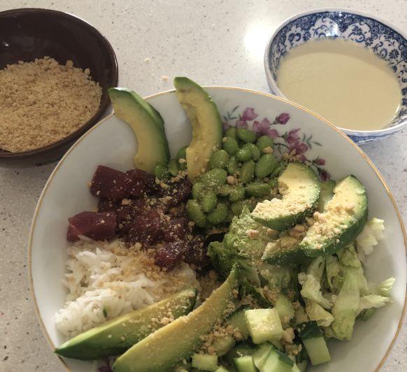 SABORES DE ASÍA. Poke bol de atún, aguacate y salsa wasabi