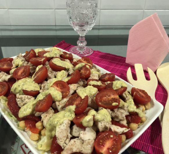 Ensalada templada de garbanzos, pimientos rojos y pollo