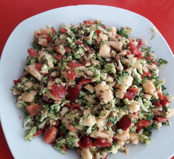 Ensalada de brócoli, pimiento rojo y manzana